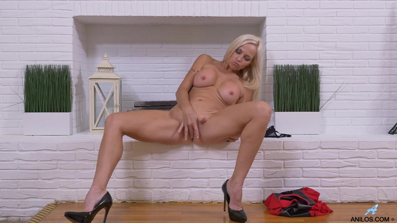 Big Tits Mom Blonde Masturbate